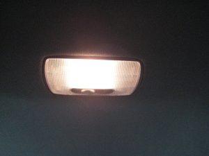 Mengganti lampu kabin bagian depan mobil Honda Jazz