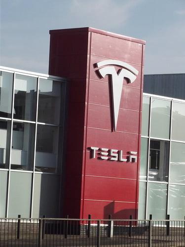 Toko Mobil Tesla di UK