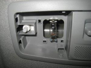 Mengganti Bola Lampu Kabin Depan Mitsubishi Outlander